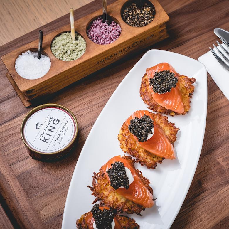 Kartoffelpuffer mit Balik-Lachs, Crème Cru und Kaviar